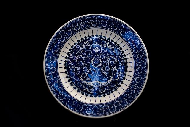 Zdobiony talerz porcelanowy