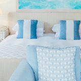 łóżko hotelowe - niebieskie