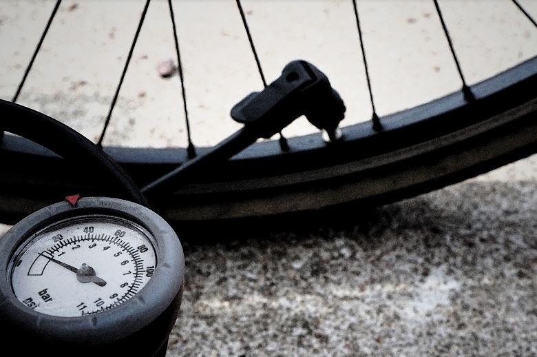 Pompowanie opony rowerowej