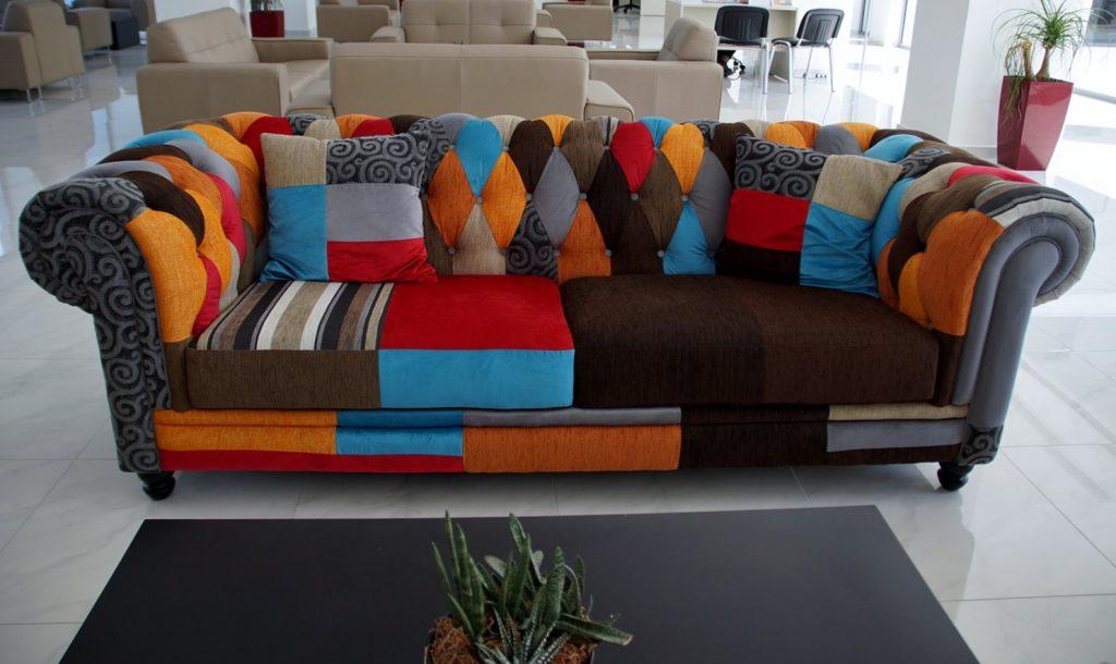 kolorowa kanapa