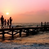 rodzina na pomoście o zachodzie słońca