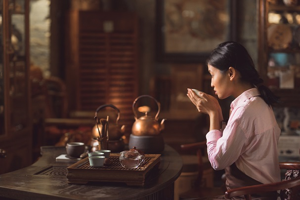 azjatka pijąca herbatę