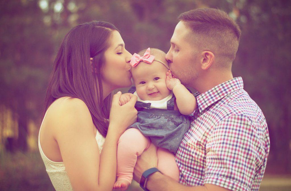 dziecko z mamą i tatą